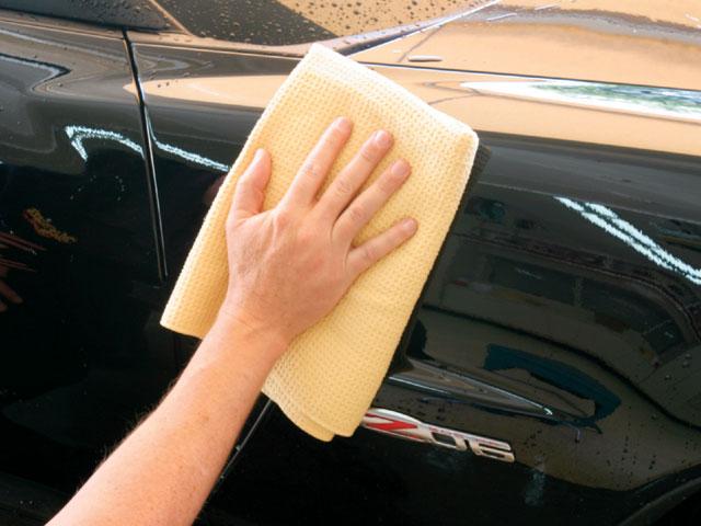 Auto wassen: drogen met droogdoek