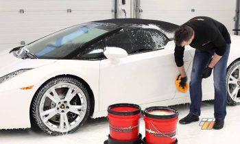 Auto wassen met de hand volgens de 2-emmer methode (Lamborghini Gallardo Spyder)