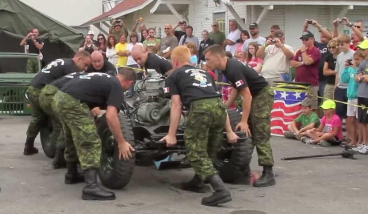 Militairen demonteren jeep