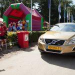 Naomi van As arriveert op hockeyclub in een goudkleurige Volvo XC60