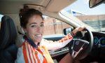 Naomi van As in gouden Volvo XC60