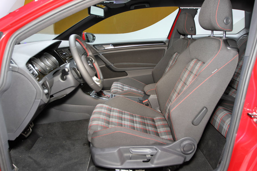 interieur volkswagen golf 7 gti 2013 parijs 2 carblogger. Black Bedroom Furniture Sets. Home Design Ideas