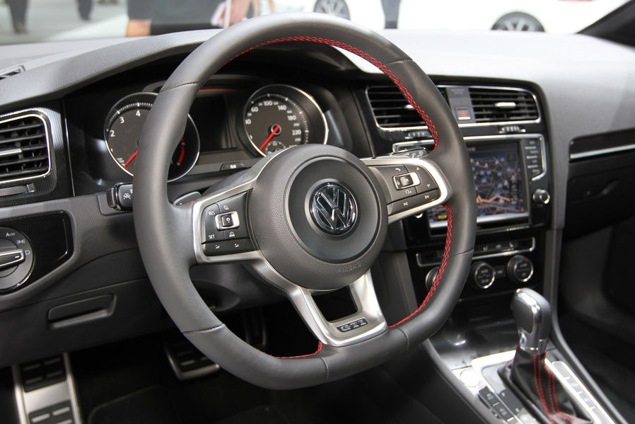 Interieur volkswagen golf 7 gti 2013 parijs carblogger for Interieur golf