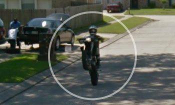 Motorrijder Wheelie op Google Street View