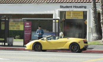 Lamborghini bij bushalte