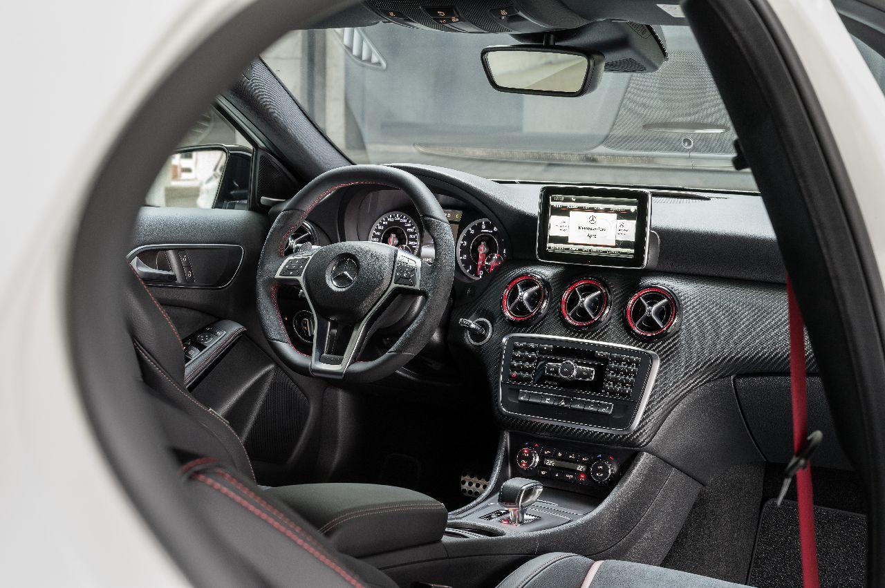 Interieur a klasse a45 amg carblogger for Mercedes a klasse amg interieur
