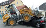 Shovel verplettert VW Golf 6 GTD in Duitsland