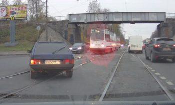 lada-samara-vs-tram.jpg