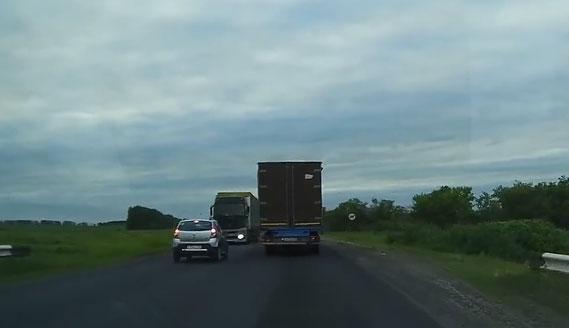 dacia-ontwijkt-vrachtwagen.jpg