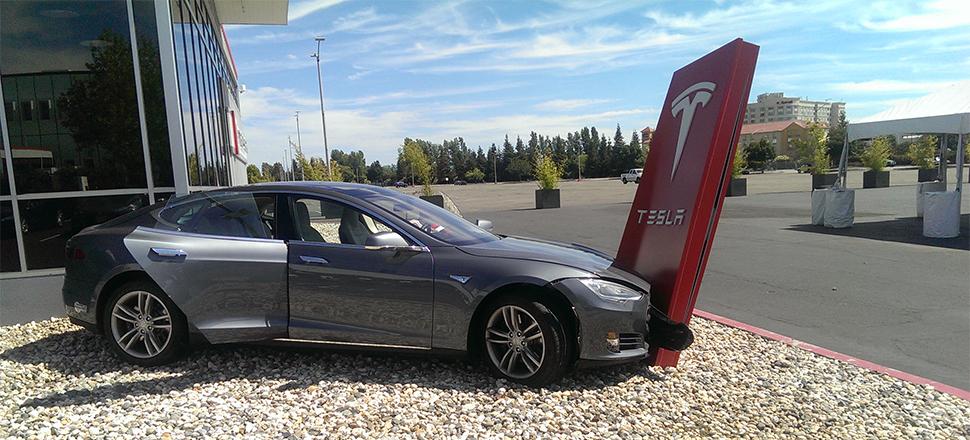 Vrouw crasht Tesla Model S op fabrieksterrein