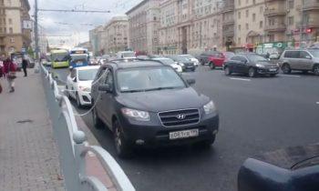 Rus legt auto aan ketting