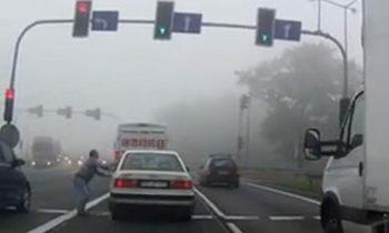 Audi 100 wordt gesleept in Polen