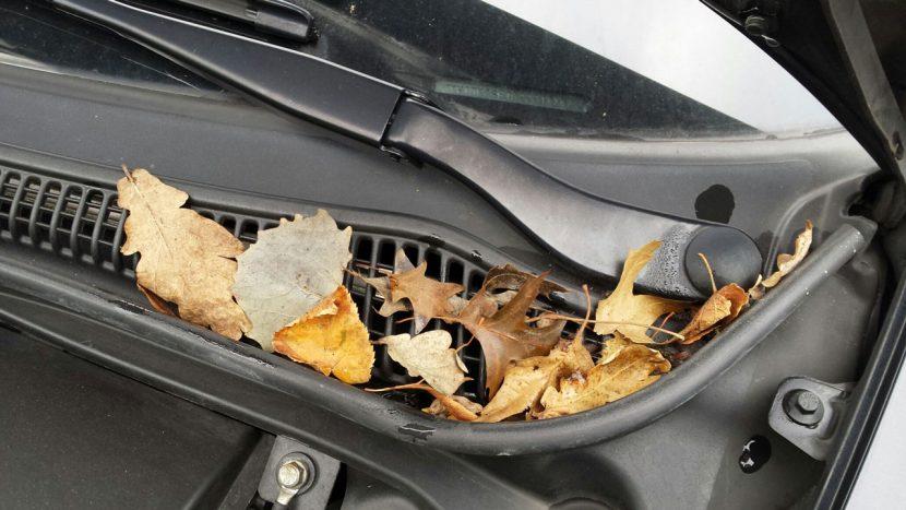 Bladeren op ventilatierooster is slecht voor goede ventilatie