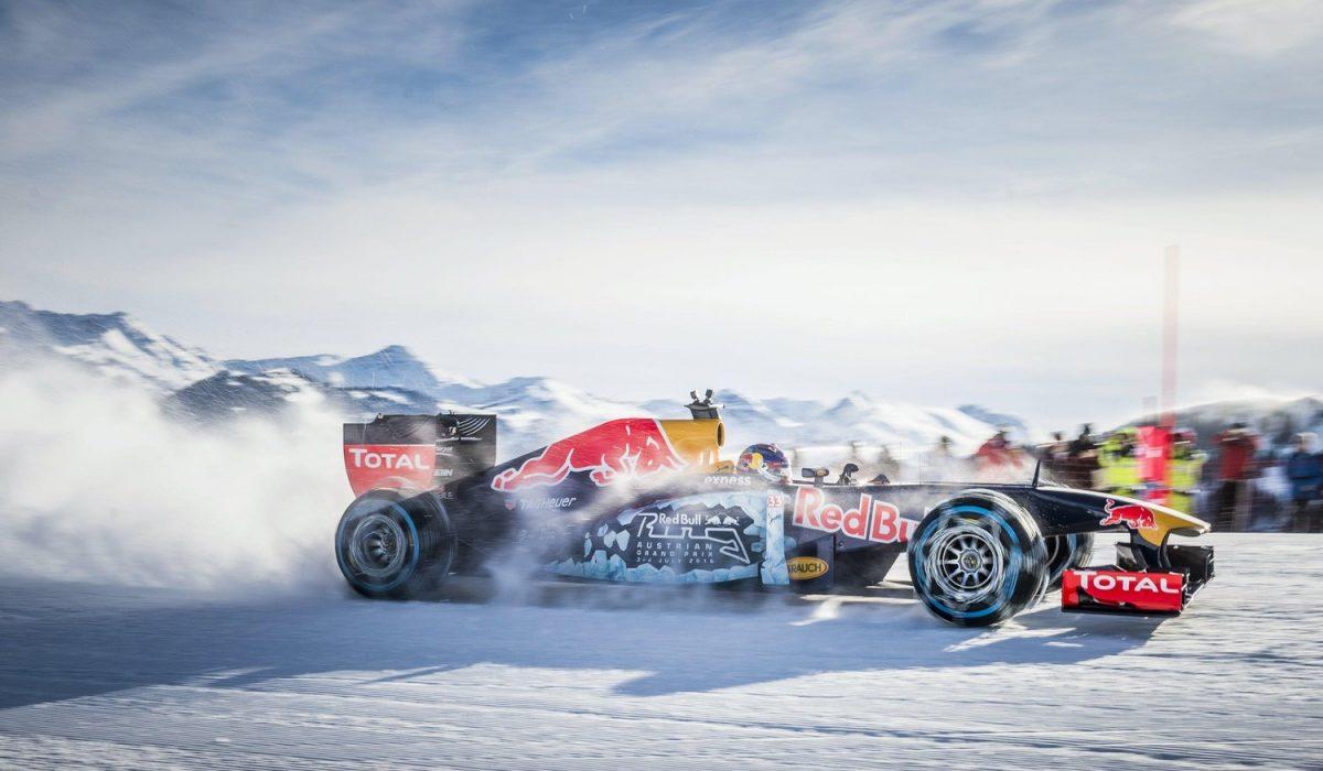 Max Verstappen met F1-auto in de sneeuw