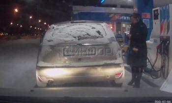Vrouw steekt auto in de fik met aansteker in Rusland
