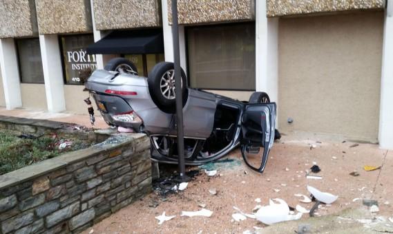 Audi Q5 valt uit parkeergarage