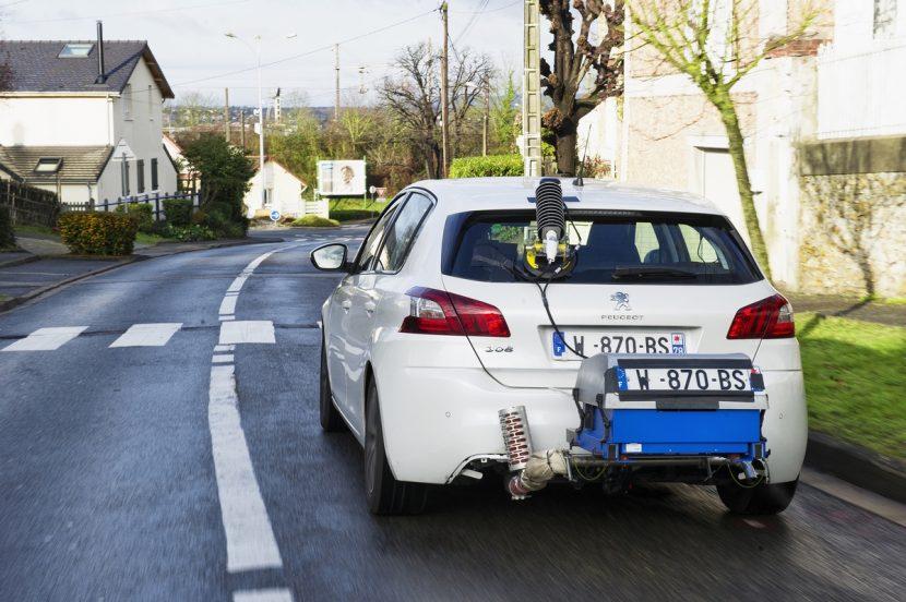 Peugeot 308 waarbij de uitlaatgassen gemeten worden tijdens het rijden