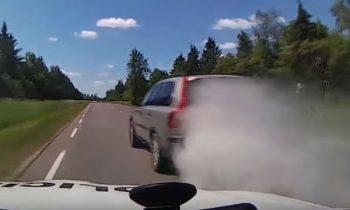 Volvo XC90 wordt achtervolgd door de politie in Litouwen