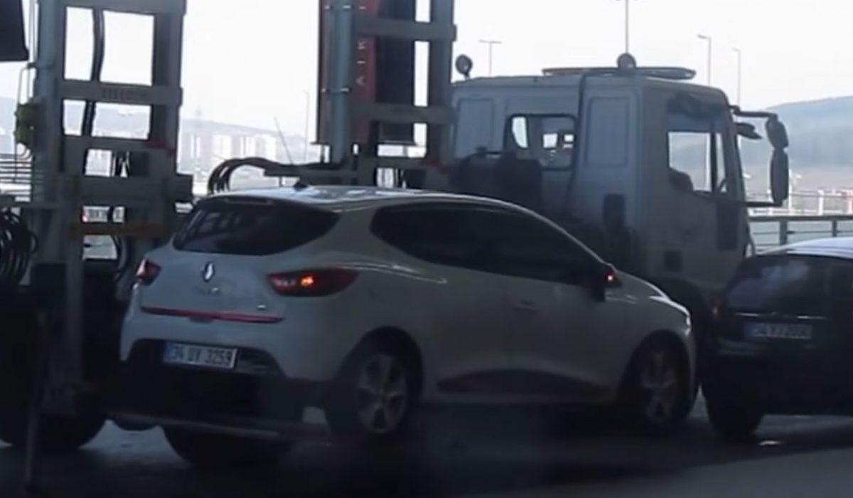 Gone in 59 seconds: auto wordt opgehesen bij Instanbul Airport
