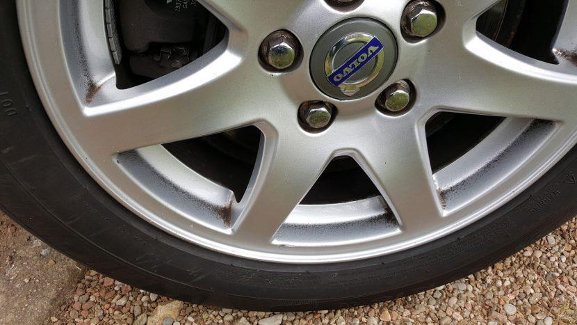 Volvo-velgen met vastgekoekte remstof