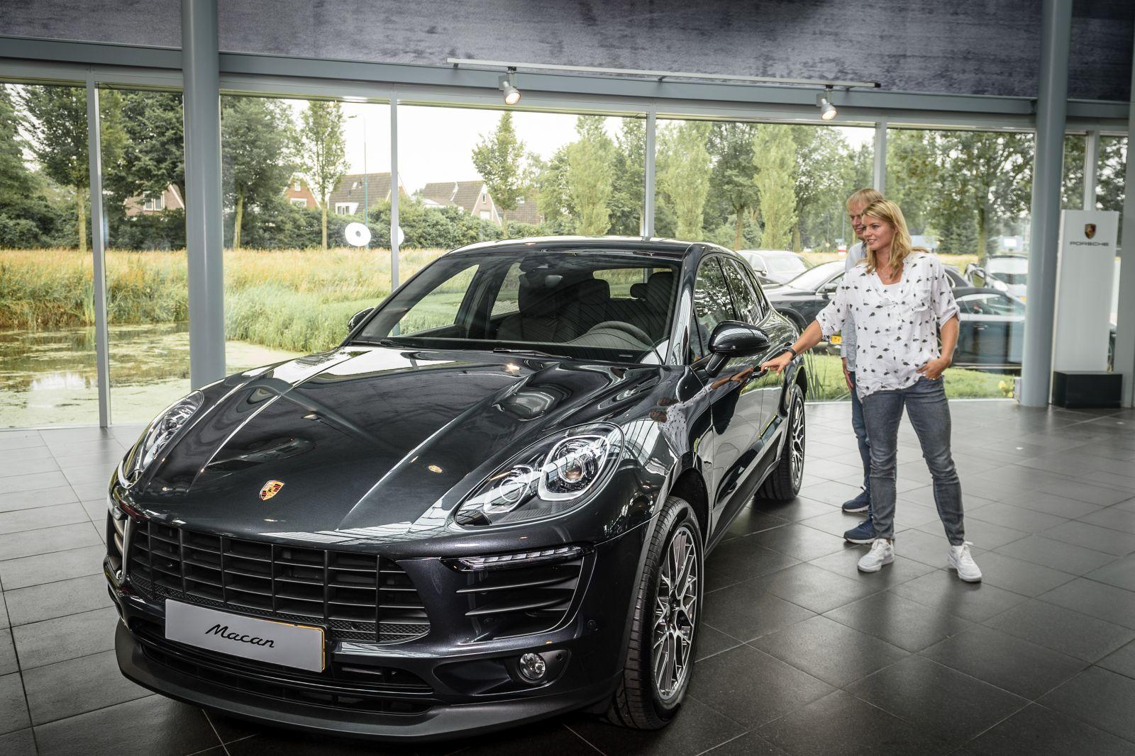Porsche Macan Lease >> Dafne Schippers deelt nieuwe Porsche met haar familie ...