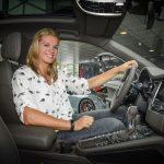 Dafne Schippers achter het stuur van haar Porsche Macan
