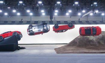 Jaguar E-Pace maakt een sprong met rol