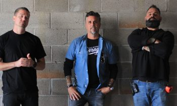 Richard Rawlings, Russell Holmes, en Chris Stevens in garage rehab.