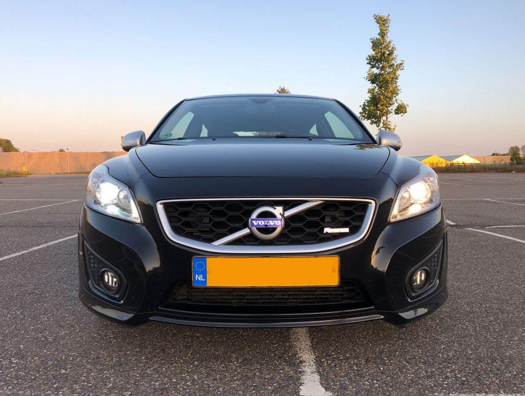 Verschil Hilox LED-lampen (links) en normale halogeenlamp (rechts), Volvo C30 (2010)