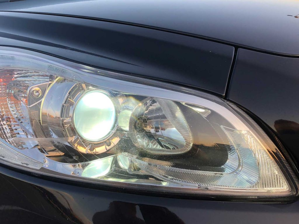 Hilox LED-lampen (links) en normale halogeenlamp en stadslicht in Volvo C30 (2010)
