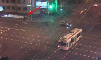 Rus veroorzaakt aanrijding met auto en rijdt metrostation in
