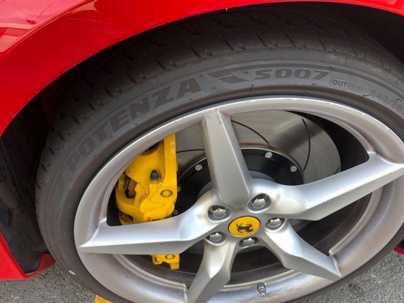 De auto's van Race Planet rollen op Bridgestones
