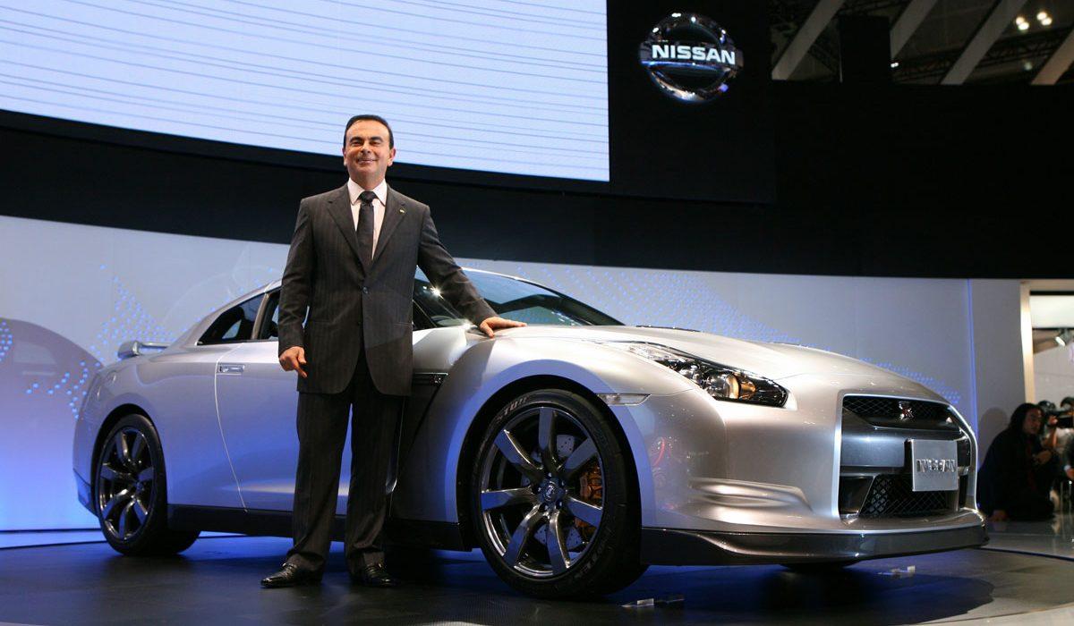 Carlos Ghosn met een Nissan GT-R